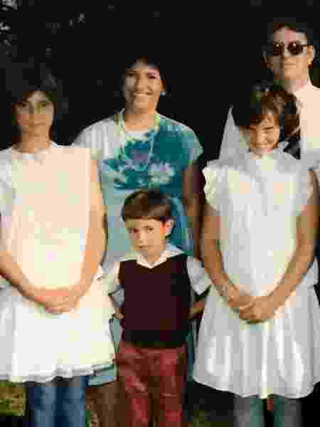 Bernadette, Nathan e Shereen com seus pais em um casamento - Nathan Romburgh