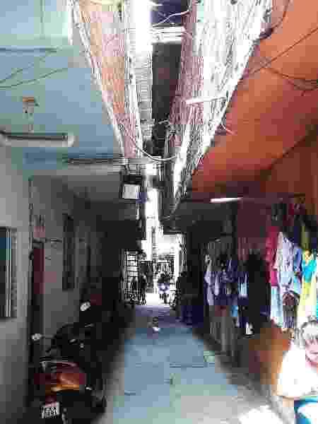 Interior da favela do Nove, ao lado da Ceagesp, erguida onde deveria haver uma rua, sofre com problemas de esgoto, iluminação clandestina e enchentes - Marcelo Oliveira/UOL
