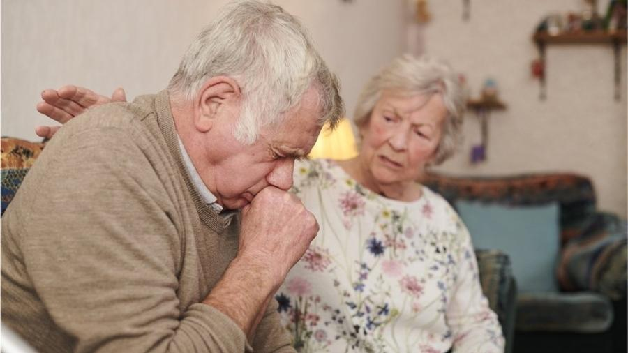 Especialistas dizem que biologia, estilo de vida e comportamento poderiam explicar diferença no número de mortes de homens e mulheres por covid-19 - Getty Images via BBC