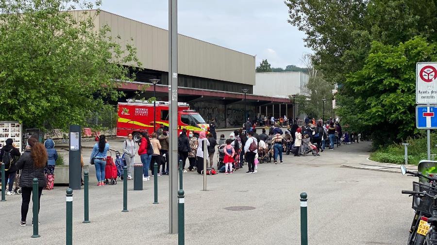Fila à espera da distribuição de comida em Genebra, na Suíça - Jamil Chade/UOL