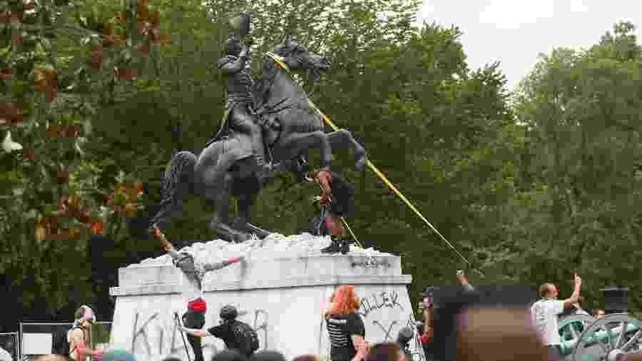 22.jun.2020 - Manifestantes tentam derrubar estátua de Andrew Jackson, a poucos metros da Casa Branca, em Washington - REUTERS/Tom Brenner