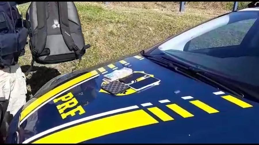 PRF prende o croata Luka Maric, procurado pela Interpol, na BR 166 em Juquiá (SP). Com ele foram achados R$ 9.420 no fundo falso de uma mochila - Divulgação/PRF