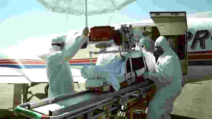 Pacientes com covid-19 usam capacete para isolamento durante transporte aéreo - Divulgação