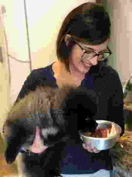 """Dando carne a Wilfred: """"Os cachorros alimentados com ração estão desconectados de sua realidade. Por natureza, eles são carnívoros oportunistas"""" - Foto: Arquivo Pessoal - Foto: Arquivo Pessoal"""