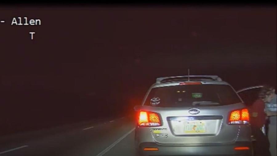 Veículo parado por excesso de velocidade levava passageira grávida, que foi ajudada pela polícia para que pudesse dar à luz uma bebê - Reprodução/WHP-TV