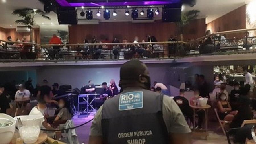 Boate na Barra da Tijuca foi flagrada promovendo aglomeração, atendendo clientes em pé e operando com pista de dança - Divulgação/Prefeitura do Rio de Janeiro