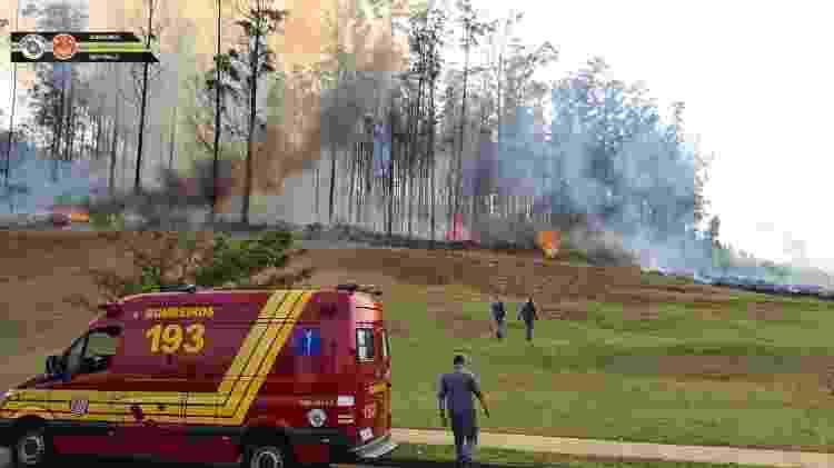 Fogo em local onde um avião de pequeno porte caiu hoje em Piracicaba (SP) - Corpo de Bombeiros de São Paulo - Corpo de Bombeiros de São Paulo