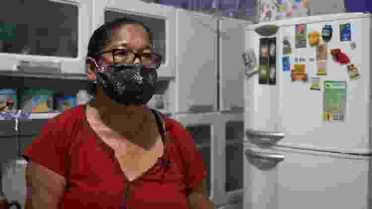 Chorando, Lindinalva disse que vivia com fartura antes da pandemia, mas hoje precisa escolher entre pagar as contas e comprar o gás - FELIX LIMA/ BBC NEWS BRASIL - FELIX LIMA/ BBC NEWS BRASIL