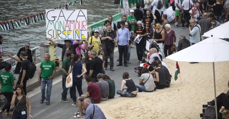 Manifestantes protestam contra uma festa dedicada à cidade de Tel Aviv, realizada em Paris, na França. Os manifestantes consideram o evento um ato de apoio à política do governo de Israel contra os territórios palestinos