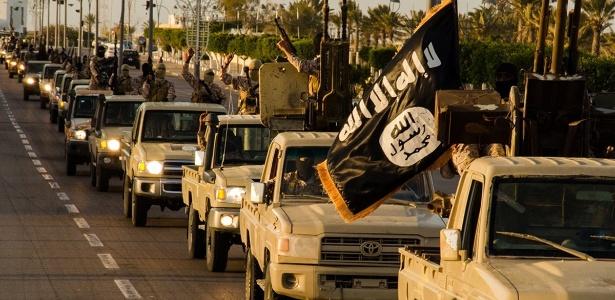 17.fev.2015 - Integrantes do Estado Islâmico ocupam ruas da cidade de Sirte (Líbia), em imagem divulgada pelo site islamita Welayat Tarablos