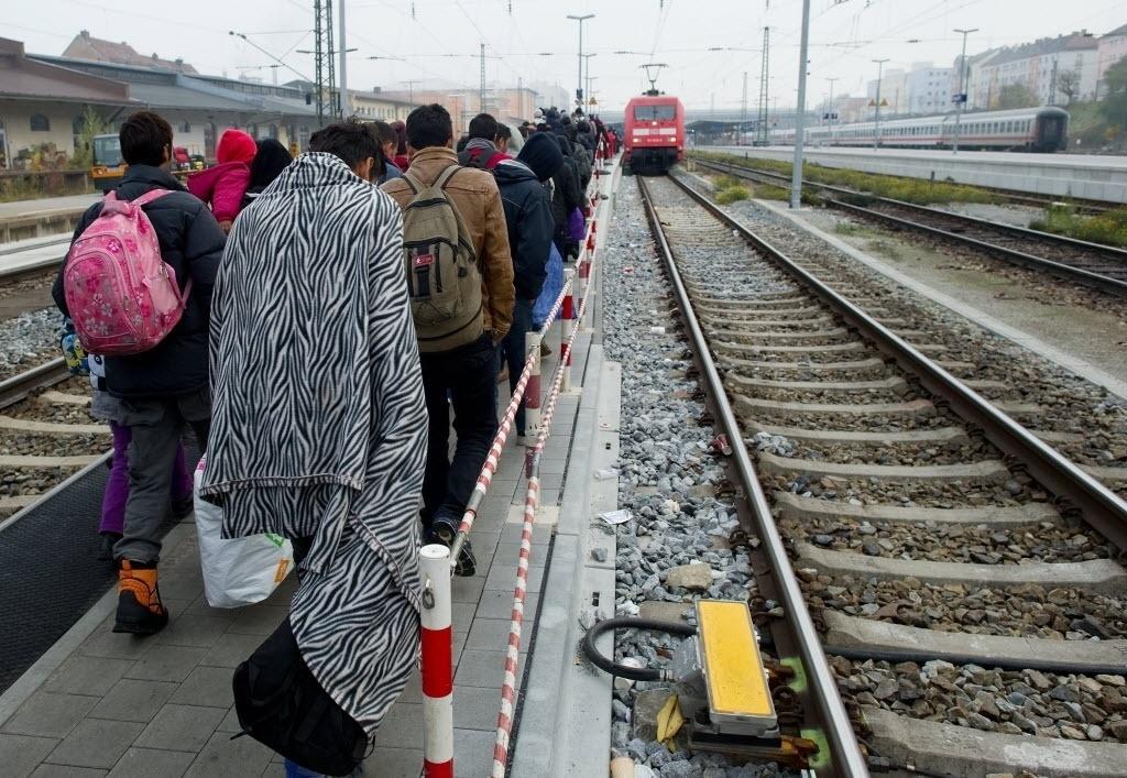 3.nov.2015 - Refugiados caminham por plataforma de estação em Passau, ao sul da Alemanha, para pegar um trem que irá levá-los para Dusseldorf, no oeste do país. A Alemanha tem recebido centenas de milhares de refugiados e, por isso, se tornou o destino preferido da maioria deles. Segundo a chanceler alemã, Angela Merkel, se Alemanha fechar sua fronteira com a Áustria para barrar imigrantes, tensões na região devem aumentar