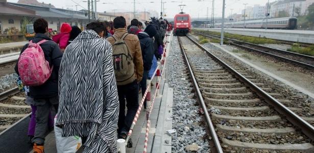 Refugiados caminham por plataforma de estação em Passau, ao sul da Alemanha