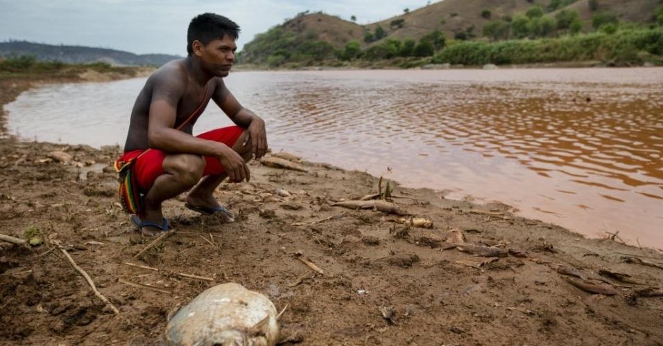 15.nov.2015 - Índio da etnia Krenak vive no município de Resplendor (MG), impactado pelo rompimento da barragem em Mariana (MG), que matou peixes e animais do Rio Doce. Ele é um dos moradores do municipio que lamenta a inatividade do rio e teme pelo abastecimento de água