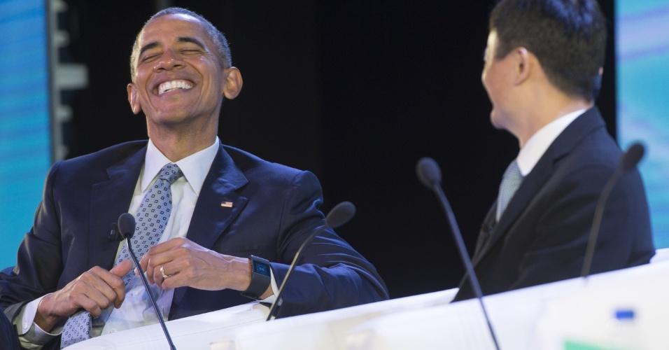 18.nov.2015 - O presidente dos Estados Unidos, Barack Obama, sorri durante conversa com o empresário chinês Jack Ma, dono da gigante do comércio eletrônico Alibaba, durante cúpula do Fórum de Cooperação Econômica Ásia-Pacífico (Apec), em Manila (Filipinas)