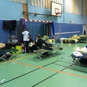 Moradores de prédio onde houve operação contra suspeitos estão abrigados em ginásio - Twitter/@sylviazappi