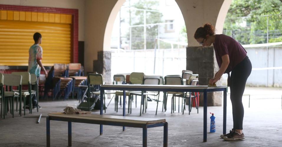 2.jan.2016 - Estudantes realizam mutirão de limpeza na Escola Estadual Fernão Dias Paes, em São Paulo
