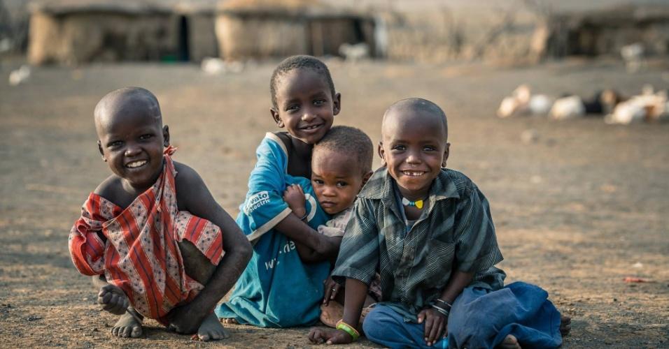 12.jan.2016 - Crianças masai se abraçam e sorriem para foto perto do lago Natron, na Tanzânia, próximo à fronteira com o Quênia, na África, em foto feita em outubro do ano passado pelo fotógrafo romeno Vlad Cioplea. A imagem faz parte de um ensaio feito por Cioplea durante expedição ao país africano, onde passou 20 dias. Ele registrou a vida de três tribos locais isoladas: masai, conhecida pelas suas vestimentas coloridas. Bushman, por suas habilidades na caça, fumarem maconha e comerem macacos; e Tatoga, pelo trato com a agricultura e ferragens