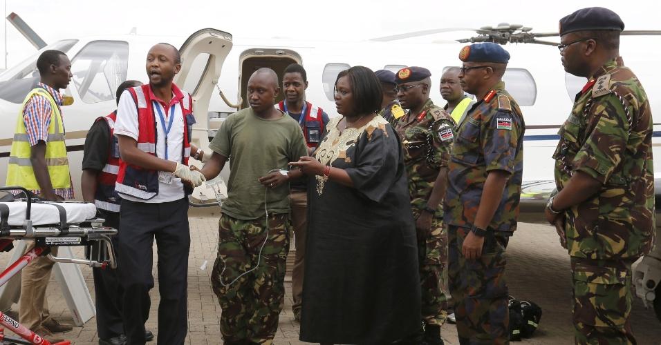 17.jan.2016 - Um soldado queniano ferido é recebido por equipe médica no aeroporto de Nairóbi, capital do Quênia, neste domingo. O militar integra a Amisom, um grupo formado por membros de exércitos africanos que atua na Somália. Neste domingo, o grupo islamista somali Al Shabaab disse que capturou soldados queniano durante um ataque, na semana  passada, em uma base militar no oeste da Somália, perto da fronteira com o Quênia