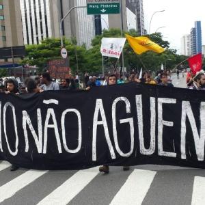 Manifestantes param a avenida Faria Lima, em São Paulo, nesta terça-feira (19)