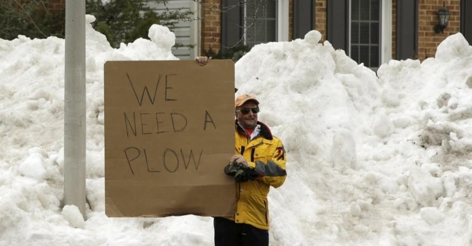 26.jan.2016 - Morador de Gaithersburg, em Maryland (EUA), faz cartaz para pedir ajuda e um limpa-neve para tirar a montanha branca que acumulou na calçada de sua casa. Parte dos Estados Unidos ficou coberta de neve após a passagem de forte nevasca