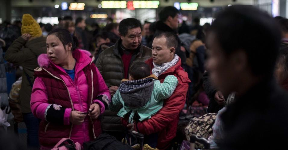 29.jan.2016 - Passageiros aguardam embarque nos trens para viagem de comemoração do Ano-Novo chinês. As festividades começam no dia 8 e fevereiro e geram o maior fluxo migratório do planeta, com o deslocamento de 2.9 bilhões de pessoas.