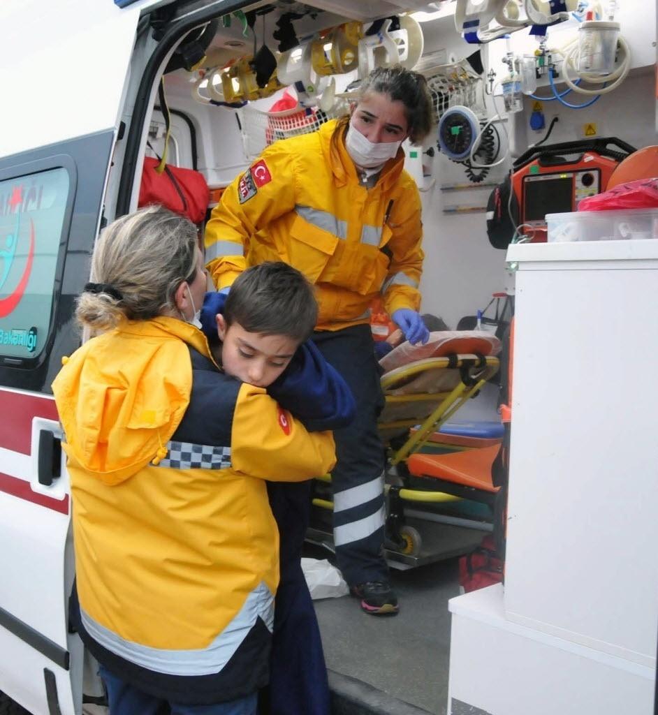 30.jan.2016 - Equipe de resgate ajuda criança que sobreviveu ao naufrágio de um barco com refugiados no mar Egeu, em Ayvacik, na Turquia, neste sábado (30). Setenta e cinco pessoas foram resgatadas, e pelo menos 39 morreram, incluindo cinco crianças. Os refugiados tentavam chegar à ilha grega de Lesbos