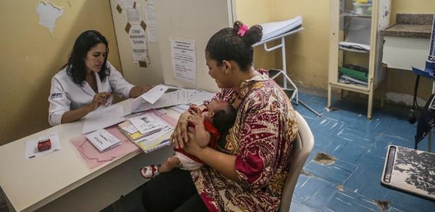 A menina Nivea, que nasceu com microcefalia, passa por exames com sua mãe, Carla Silva no Hospital Oswaldo Cruz, no Recife (PE)