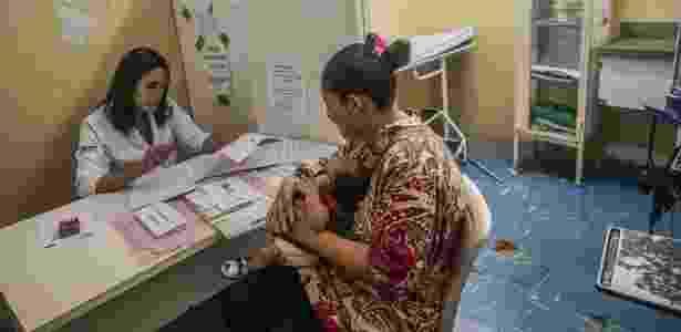 A menina Nivea, que nasceu com microcefalia, passa por exames com sua mãe, Carla Silva no Hospital Oswaldo Cruz, no Recife (PE) - Gabriela Biló/Estadão Conteúdo