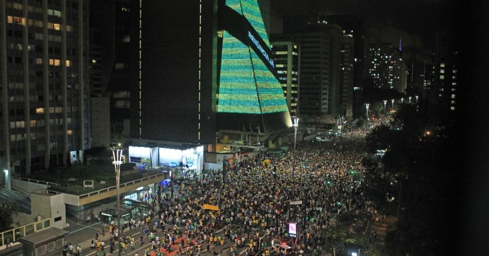 16.mar.2016 - Cerca de metade de um quarteirão é tomado por manifestantes contra o governo Dilma na avenida Paulista, na região do prédio da Fiesp (Federação das Indústrias do Estado de São Paulo)