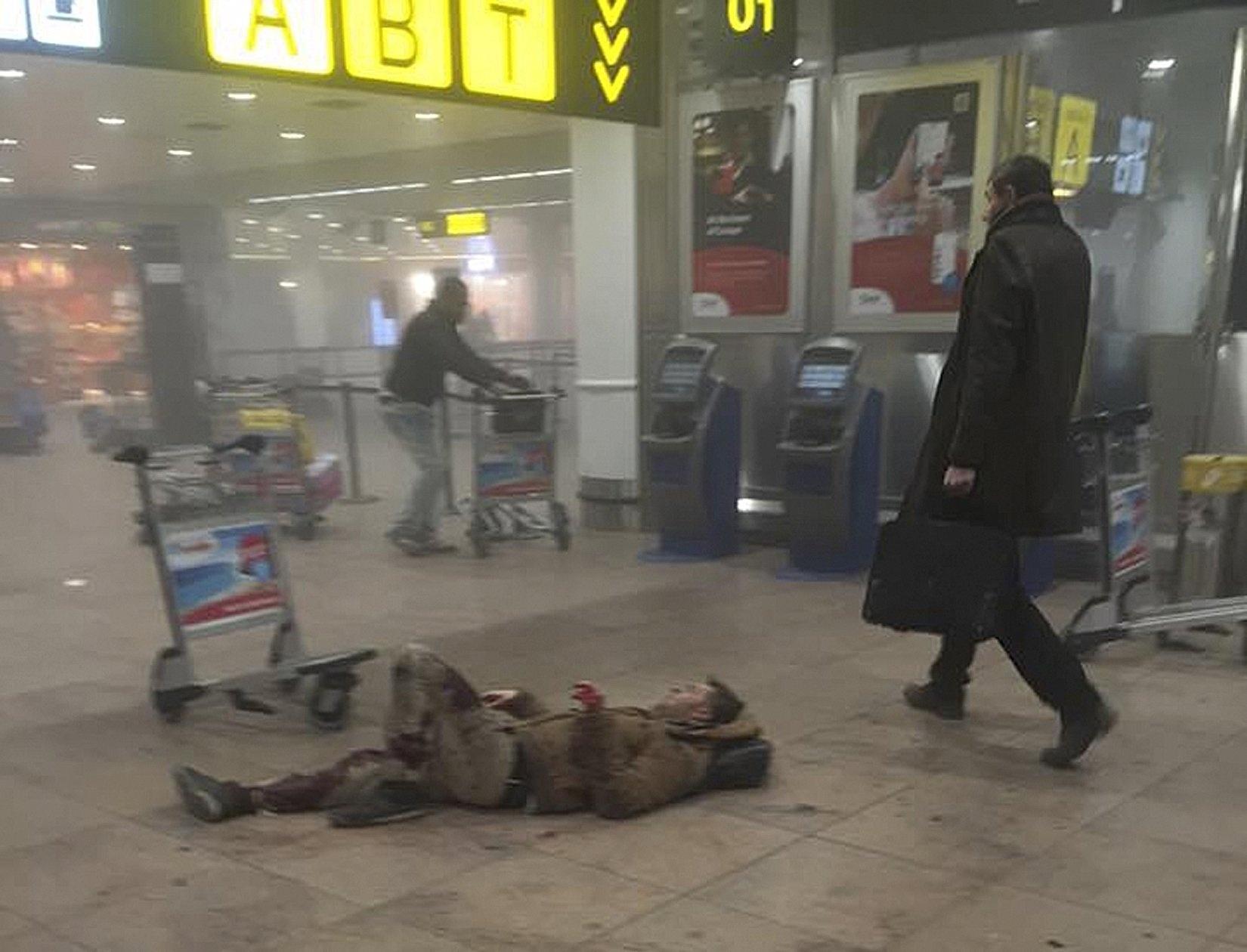 22.mar.2016 - Homem fotografado caído no chão do aeroporto internacional de Bruxelas é uma das vítimas de bomba em um atentado terrorista coordenado que atingiu a Bélgica na manhã desta terça-feira. Foram relatadas duas explosões no aeroporto Zaventem. Uma hora depois, outra explosão ocorreu em uma estação de metrô da capital belga
