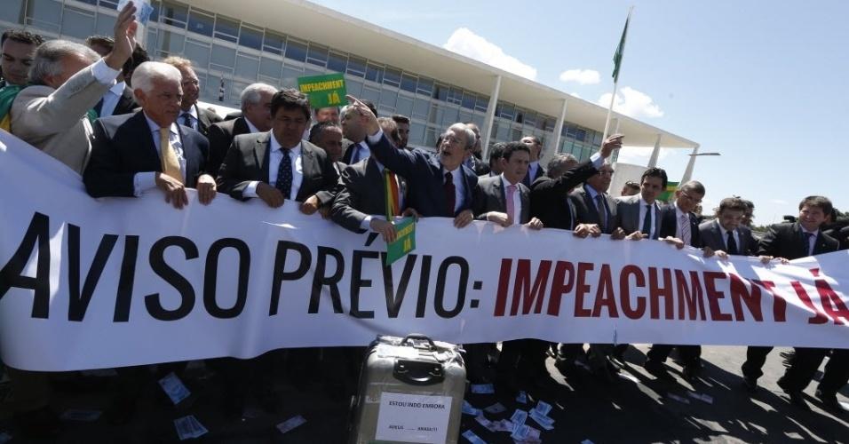 7.abr.2016 - Em frente ao Palácio do Planalto, grupo de parlamentares da oposição tenta entregar um comunicado sobre o parecer da comissão do impeachment contra Dilma Rousseff (PT)