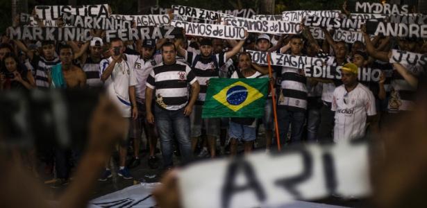 Integrantes da torcida Pavilhão 9, do Corinthians, fazem protesto contra chacina na sede da organizada (18.abr.2016)
