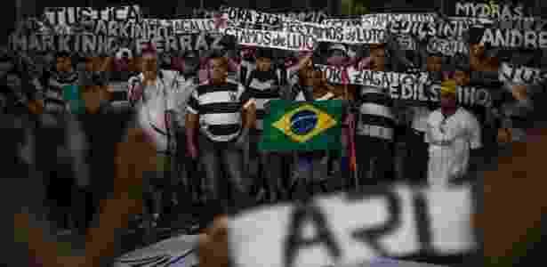 Integrantes da torcida Pavilhão 9, do Corinthians, fazem protesto contra chacina na sede da organizada (18.abr.2016) - André Lucas Almeida/Futura Press/Estadão Conteúdo