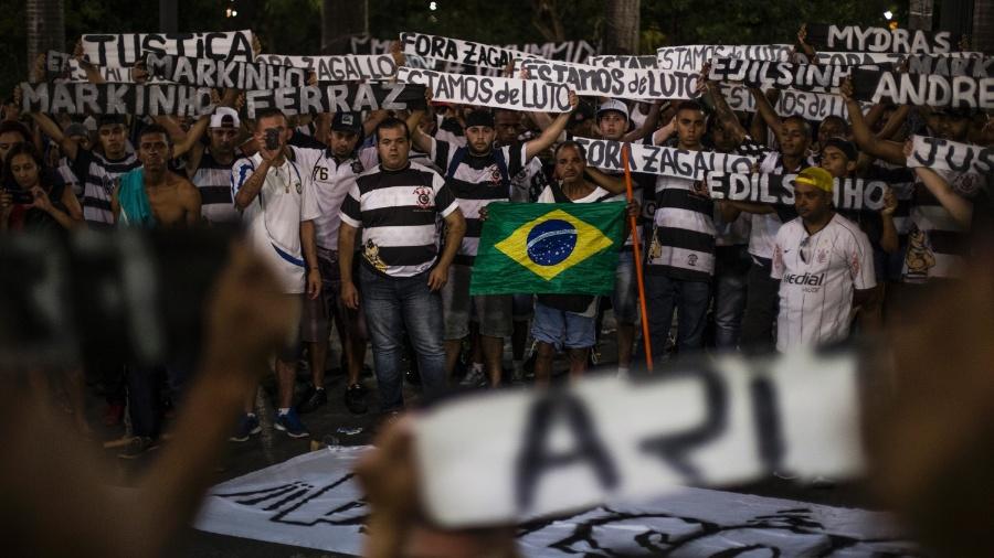 Integrantes da torcida organizada do Corinthians realizam homenagem aos mortos em chacina na porta da sede do time, na Praça da Sé, em São Paulo, em 2016 - André Lucas Almeida/Futura Press/Estadão Conteúdo