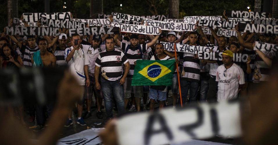 18.abr.2016 - Integrantes da torcida organizada do Corinthians realizam homenagem aos mortos em chacina na porta da sede do time, na Praça da Sé, em São Paulo. Hoje a chacina do pavilhão 9 completa um ano