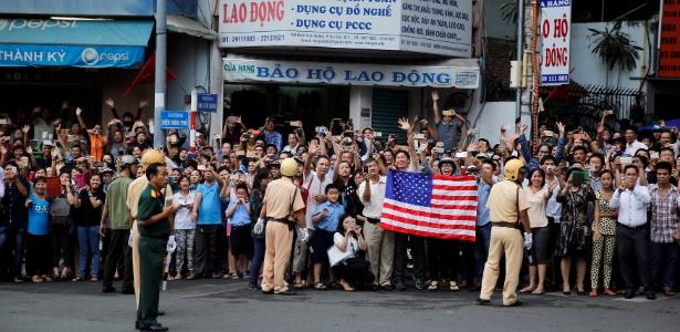 Multidão espera a chegada do presidente dos EUA, Barack Obama, a Ho Chi Minh City, no Vietnã