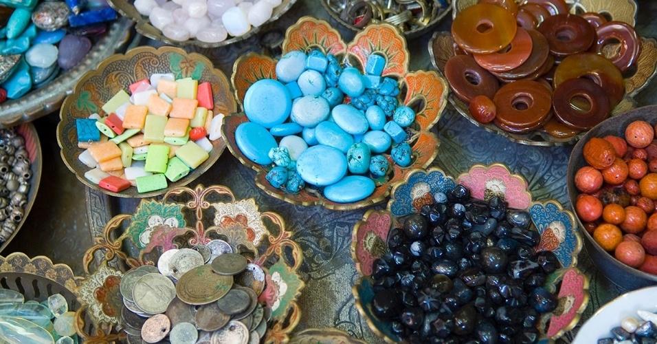 22.jun.2016 - Na Cidade Antiga de Jerusalém, em Israel, tecidos, cerâmicas e pedras polidas estão entres os itens vendidos em mercados populares