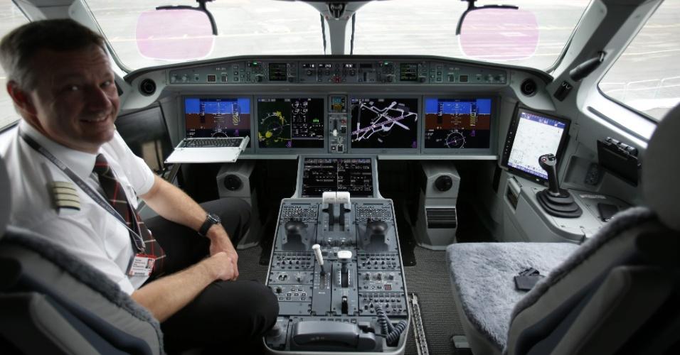 Cabine do Bombardier CS100, modelo de avião exibido no Farnborough Airshow, evento de exposição de aeronaves na Inglaterra