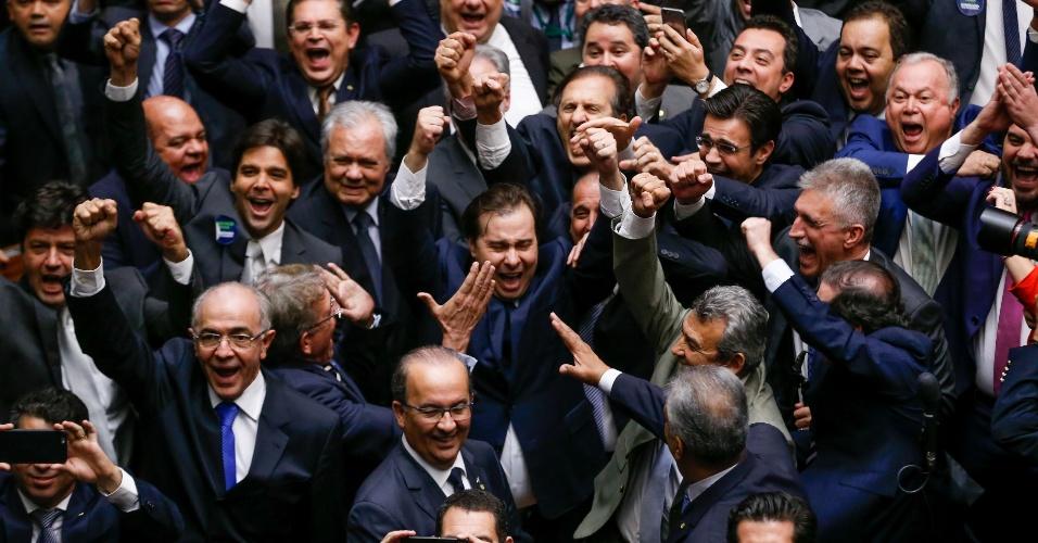 13.jul.2016 - 13.jul.2016 - Rodrigo Maia (DEM-RJ) comemora sua vitória na eleição para presidente da Câmara dos Deputados. Ele venceu a disputa com Rogério Rosso (PSD-DF) por 285 votos a 170 votos