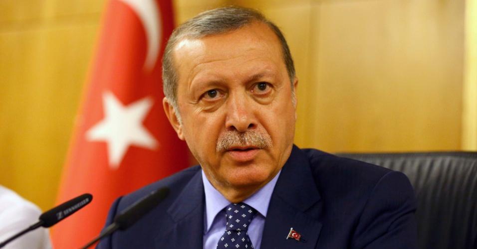15.jul.2016 - O presidente da Turquia, Recep Tayyip Erdogan, dá entrevista após retornar a Istambul e diz ter retomado o controle do país. Uma tentativa de golpe militar colocou o país em uma situação caótica. Militares tomaram as ruas da capital, Ancara, e de Istambul, e enfrentaram a população, que foi às ruas, em apoio ao governo. Erdogan estava em um balneário na Turquia e voltou a Istambul por conta da situação