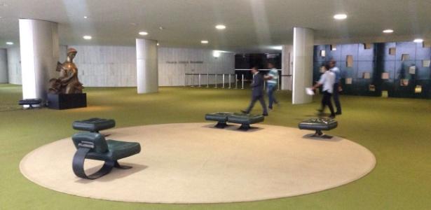 """Salão Verde da Câmara, normalmente o local mais movimentado da Casa, fica vazio durante o """"recesso branco"""" dos parlamentares"""