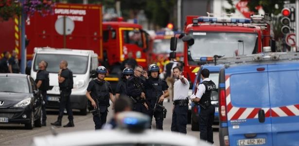 Policiais e bombeiros chegam à igreja atacada por terroristas no norte da França