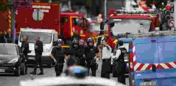 Policiais e bombeiros chegam à igreja Saint-Étienne-du-Rouvray, na Normandia, França - Charly Triballeau/ AFP