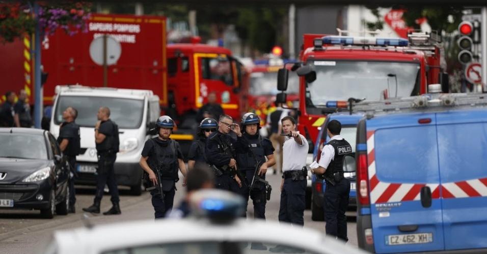 26.jul.2016 ? Policiais e bombeiros chegam à igreja Saint-Étienne-du-Rouvray, em Normandia, na França, onde dois homens armados sequestraram freiras e fiéis e mataram um padre. Os criminosos morrem em confronto com a polícia
