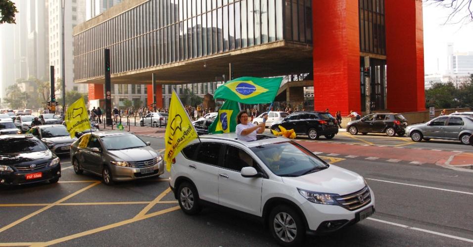 30.jul.2016 - Membros do Movimento Vem Pra Rua fazem carreata por ruas de São Paulo para convocar pessoas a participarem de protesto neste domingo a favor do impeachment da presidente Dilma Rousseff (PT). O grupo marcou ato para a avenida Paulista