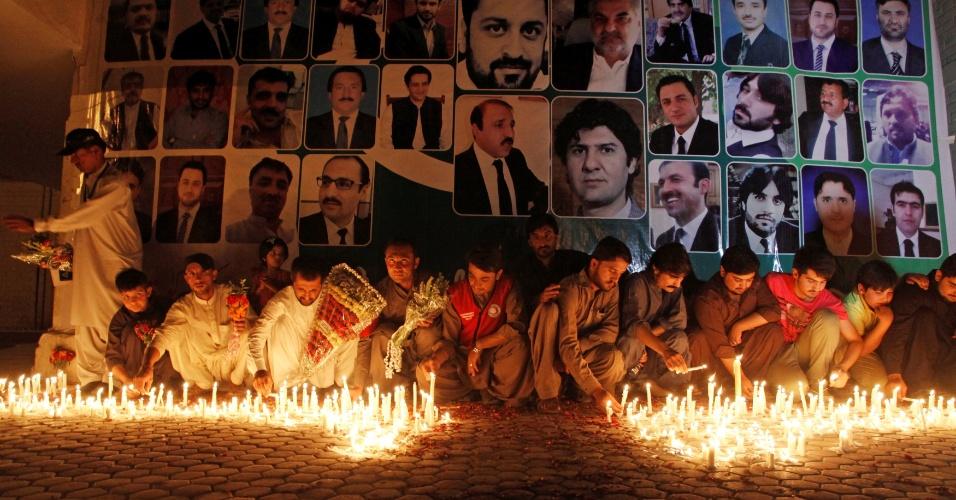 9.ago.2016 - Cidadãos do Paquistão acendem velas em vigília na cidade de Quetta para advogados mortos em uma explosão ocorrida na última segunda (8). Um ataque suicida no hospital local deixou dezenas de mortos e feridos em um momento em que advogados e jornalistas se reuniam para após o assassinato do presidente do colégio de advogados da província do Balochistão