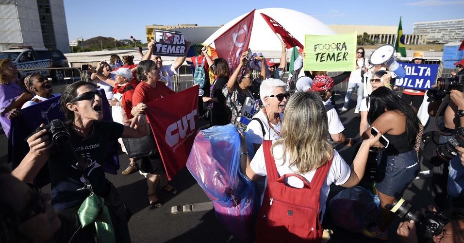 29.ago.2016 - Manifestantes contrários ao processo de impeachment da presidente afastada, Dilma Rousseff, começam a chegar à Esplanada dos Ministérios, em Brasília (DF). Dilma Rousseff depõe hoje no julgamento do processo de impeachment no Senado