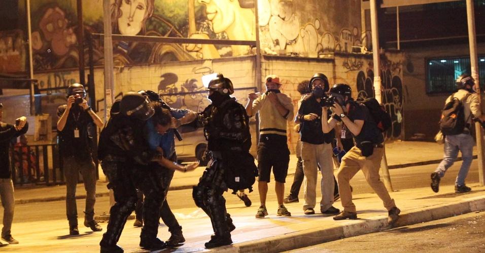 Homem é detido por integrantes da Tropa de Choque da Polícia Militar de São Paulo durante protesto contra o presidente Michel Temer na noite deste domingo, em São Paulo