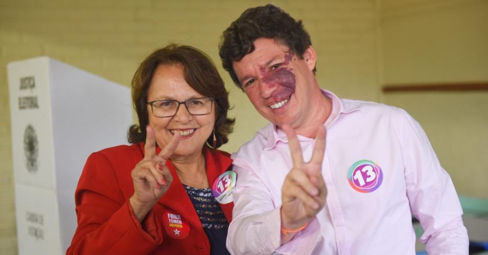 2.out.2016 - O candidato à prefeitura de Belo Horizonte, Reginaldo Lopes (PT), votou na escola Dom Orione, no bairro Ouro Preto, na região da Pampulha. Reginaldo estava acompanhado da vice em sua chapa, Jô Moraes (PC do B), do ex-prefeito e ex-ministro Patrus Ananias (PT), do deputado estadual Rogério Correa (PT), e do ex-deputado e ex-ministro Nilmário Miranda (PT)