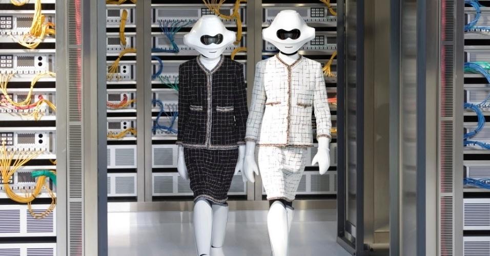 5.out.2016 - Modelos desfilam criação de primavera/verão do designer alemão Karl Lagerfeld na casa fashion Chanel durante a semana de moda de Paris